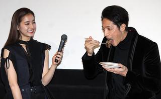 肉ケーキをほお張る玉木宏(右)「悪と仮面のルール」