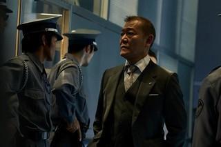 國村隼が物語の鍵を握る製薬業界の 大物を演じる「マンハント」