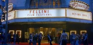 風変わりな少女が「フェリーニ映画祭」が開催されている劇場へ「フェリーニに恋して」