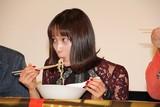 史上初?映画舞台挨拶でラーメン実食 シュールな光景に中村ゆりか「そんなことある?」