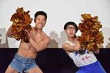 """""""タンクトップ芸人""""2トップ、ひょっこり&筋肉ダンスで「ダンガル」熱烈応援!"""