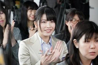 「AKB48」の横山由依が記者役で登場