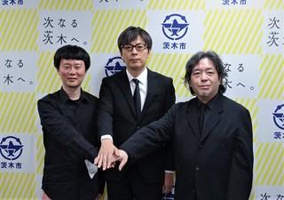 製作会見では樋口尚文監督(右)も喪服姿で登壇