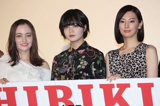 初日挨拶に立った平手友梨奈(中央)と 北川景子、アヤカ・ウィルソン