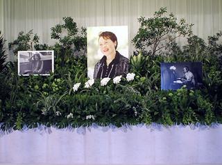 コチョウラン以外はモンステラなど 緑一色の植物で彩られた祭壇