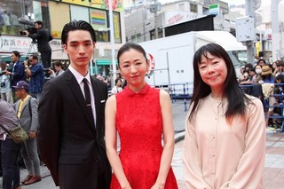 赤いドレス姿の松雪泰子と 清水尋也、大九明子監督