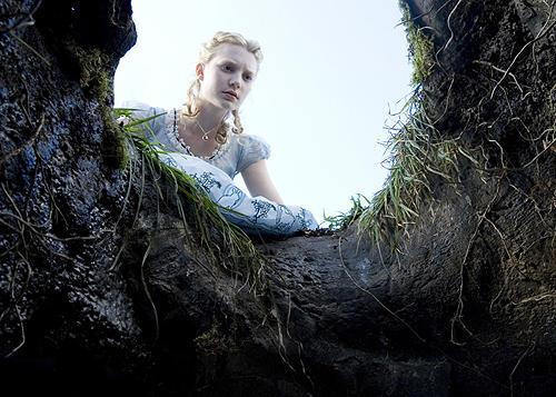穴を覗くアリスインワンダーランドのアリス