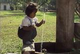 空とコムローイ タイ、コンティップ村の子どもたち