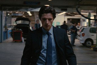 黒いスーツを着た男