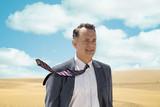 王様のためのホログラムの映画評論『異国で極まる中年の危機。ハンクスの軽妙とティクヴァ監督の才気で小粋な人生賛歌に』