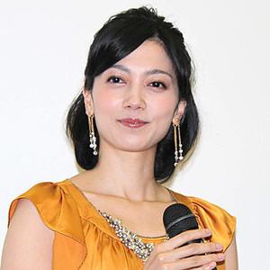 マイクを持ちニッコリ笑顔の遠藤久美子
