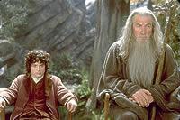 フロドを導く魔法使いガンダルフ(右)