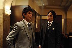 TVでは銀行の先輩・芝野と後輩・鷲津が戦ったが映画ではファンドの先輩・鷲津と後輩・劉が戦う
