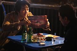 オリジナル版でチョウ・ユンファが演じた役に今回扮したのはソン・スンホン