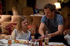 まるで友達のような淡い絆を深めていく父ジョニーと娘クレオ