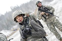 元戦場カメラマンのサラは自爆テロに遭い視力を失う