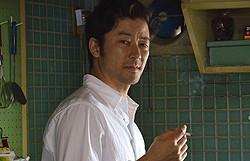 """俳優生活25年を迎えた浅野忠信が""""父""""淳悟を演じる"""