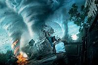 1本2本は当たり前! 炎まで巻き上げる竜巻群が襲来!──さらには、合体して超巨大竜巻に!