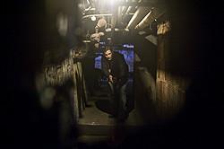 誰もいない暗い地下室を恐る恐る進むと……