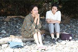 工藤夕貴が里子の母親役を演じる(左)