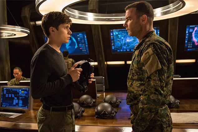 ヴォーシュ大佐(右)はベン(左)らを説得し、アザーズ反撃作戦を計画するが……