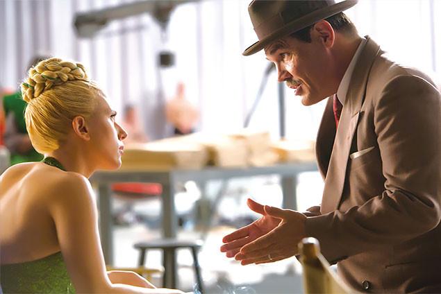 美人スター役のS・ヨハンソン(左)と、トラブル解決屋に扮したJ・ブローリン(右)