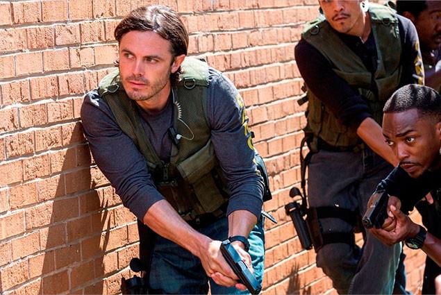 主役級の俳優陣が警察、マフィア、ギャングに扮し、三つどもえの演技合戦を繰り広げる