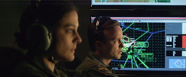 戦場から遠く離れたアメリカ国内の軍事基地から、ドローンを操縦するパイロットたち