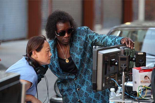 撮影現場でモニターをチェックする主演兼監督のチードル。熱い思いが伝わる