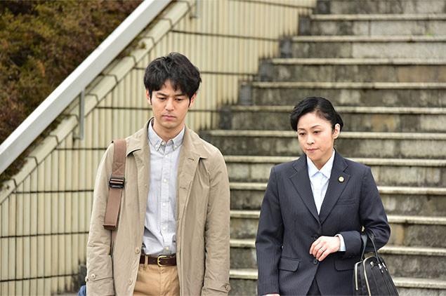 光子の弁護を担当する弁護士役として、実力派の濱田マリ(右)が出演