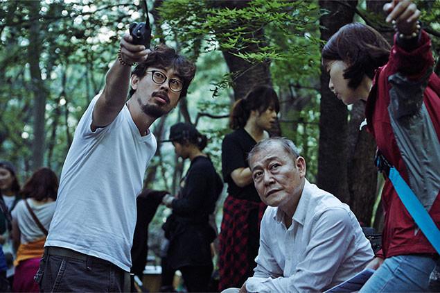 國村隼(右)を演出中の韓国の鬼才監督ナ・ホンジン(左)