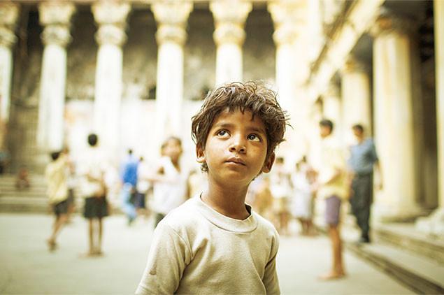 アカデミー賞授賞式でも注目を集めたサニー・パワールが、少年時代のサルーを熱演