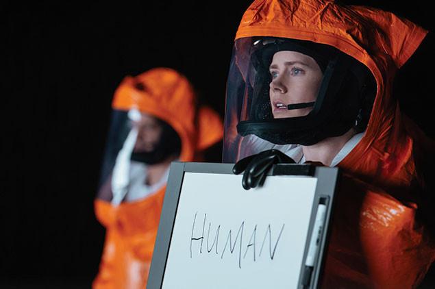 言語学者ルイーズ(エイミー・アダムス)が、未知なる生命体と意思疎通を図ろうとする