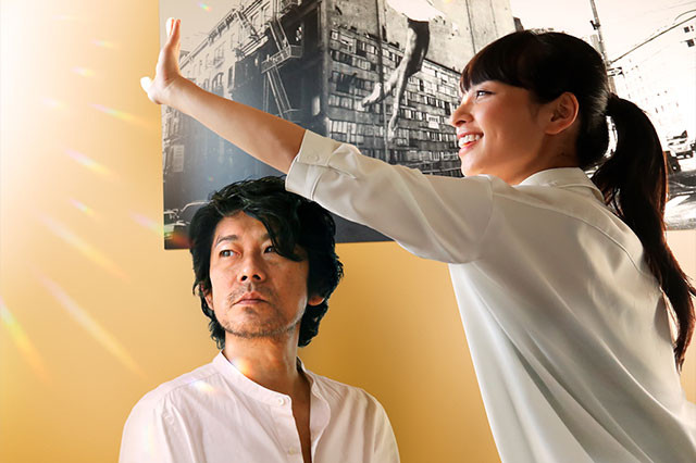 映画の音声ガイドに関わる美佐子(右)と、彼女と心を通わせるカメラマン・雅哉(左)