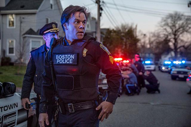 事件に遭遇し、犯人逮捕に尽力した実在の地元警察官をマーク・ウォールバーグが熱演