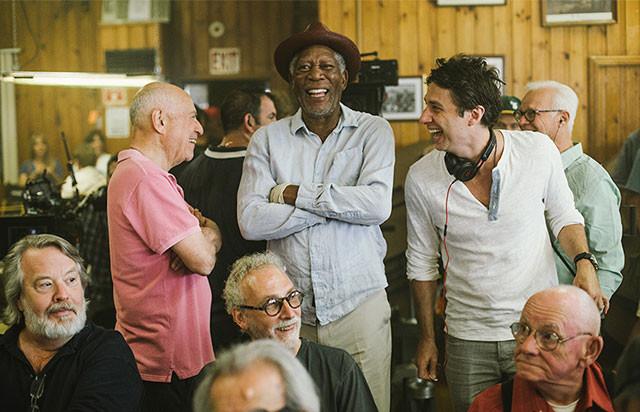 撮影中のひとコマ。左からアーキン、フリーマン、ザック・ブラフ監督