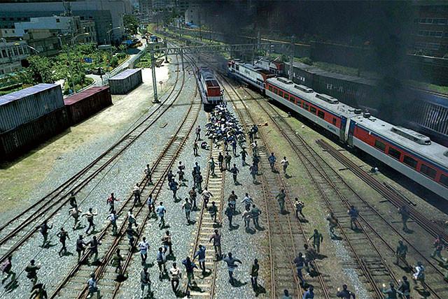 感染者は爆発的に増え、車内からも車外からも猛スピードで乗客たちに襲いかかる!