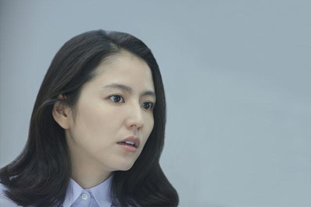 観客を非日常の世界へといざなう語り部・鳴海役で人気女優、長澤が渾身の演技を披露