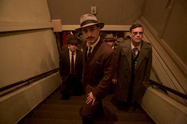ネルーダに共鳴していく警官を演じるのは、「バベル」のガエル・ガルシア・ベルナル
