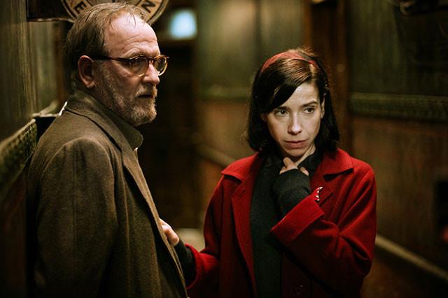 イライザの友人を演じたリチャード・ジェンキンス(左)も、助演男優賞にノミネート
