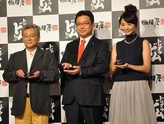 「相模屋 新型Gとうふ発表会」左より池田秀一、鳥越淳司 代表取締役社長、おのののか
