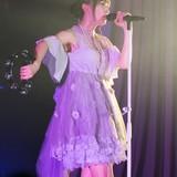 山崎エリイ、初のワンマンライブでバラエティ豊かな14曲 幼少時から親しんだバレエも披露