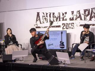ギブソンのギターを手にポーズをとる鈴木崚汰