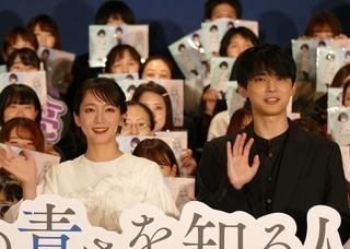 舞台挨拶に立った吉沢亮と吉岡里帆