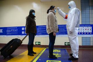中国の地下鉄入り口では利用者の体温を計測