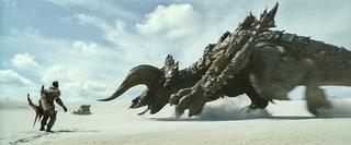 ディアブロス亜種が地中から急襲 実写「モンハン」ド迫力バトルの開幕収めた本編映像