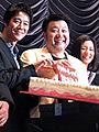 """堤真一 """"号外ケーキ""""で誕生日を祝福!「クライマーズ・ハイ」初日"""