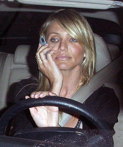 キャメロン・ディアスが交通違反!運転中に携帯で通話