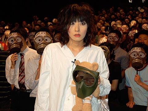 鳥居みゆきがガスマスク姿で乱入!「ハプニング」前夜祭イベント