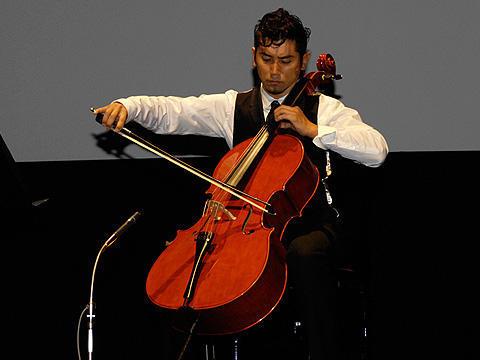 本木雅弘がロケ地庄内に感謝を込めチェロ演奏!「おくりびと」試写会